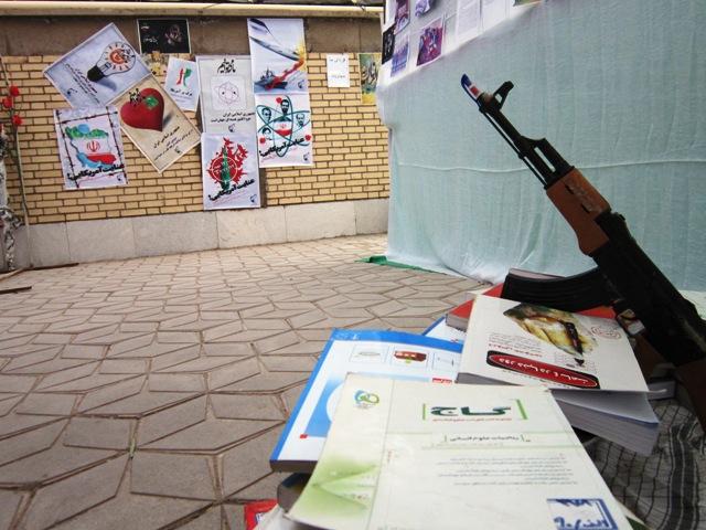نمایشگاه «مدرسه انقلاب» در دبیرستان نمونه شهید سجادی رفسنجان برپا شد + عکس