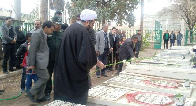 تصاویر/ گلباران قبور شهدای ماهنک با حضور امام جمعه