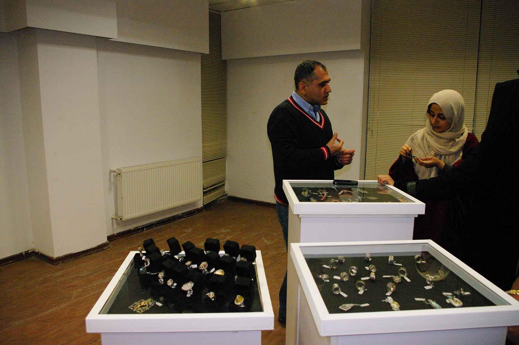 افتتاح نمایشگاه زیورآلات دست ساز در نگارخانه باران رفسنجان / عکس