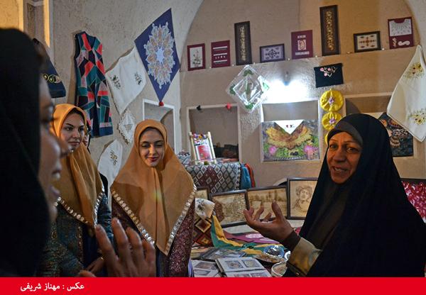 مشاور امور بانوان استانداری از نمایشگاه توانمندیهای بانوان رفسنجان بازدید کرد/ تصاویر