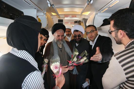 گرامیداشت دهه فجر با اهدای گل به مسافران پرواز تهران – رفسنجان / تصاویر