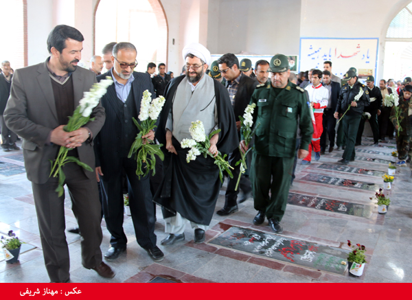نونهالان و مسئولین رفسنجان مزار شهدا را گلباران کردند / تصاویر