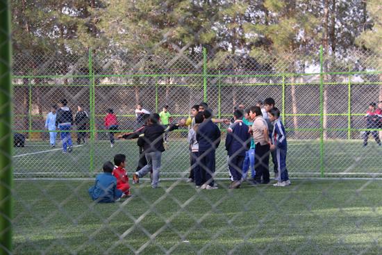 گزارش تصویری بازی پسران مدرسه علوی بر روی زمین چمن تازه افتتاح شده