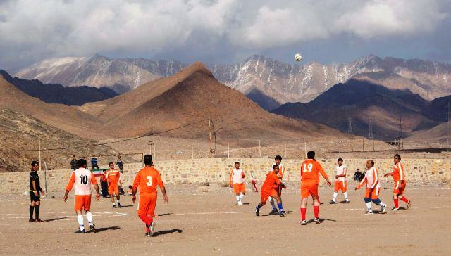 مسابقه فوتبال پیشکسوتان داوران برگزار شد + عکس