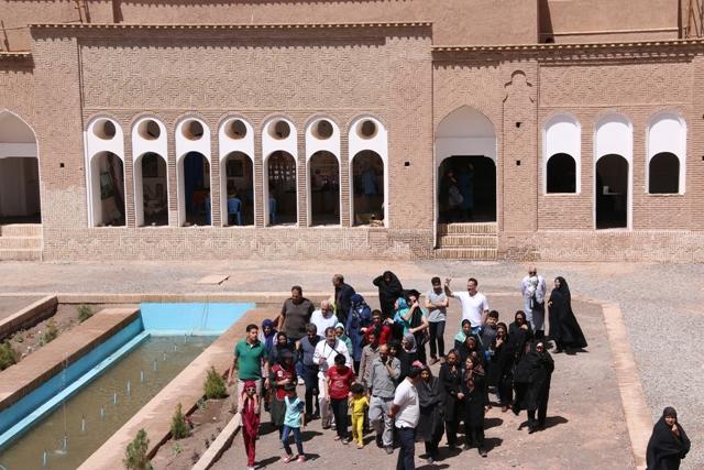 تصاویر (۲)/ بازدید مسافران نوروزی از بزرگترین خانه خشتی جهان در رفسنجان