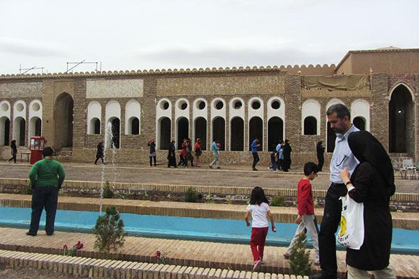 تصاویر / بازدید مسافران نوروزی از بزرگترین خانه خشتی ایران در رفسنجان