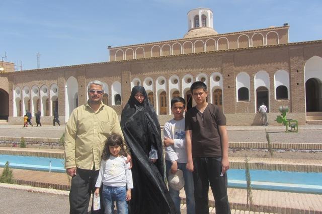 عکسهای یادگاری مسافران نوروزی در کنار بزرگترین خانه خشتی جهان در رفسنجان