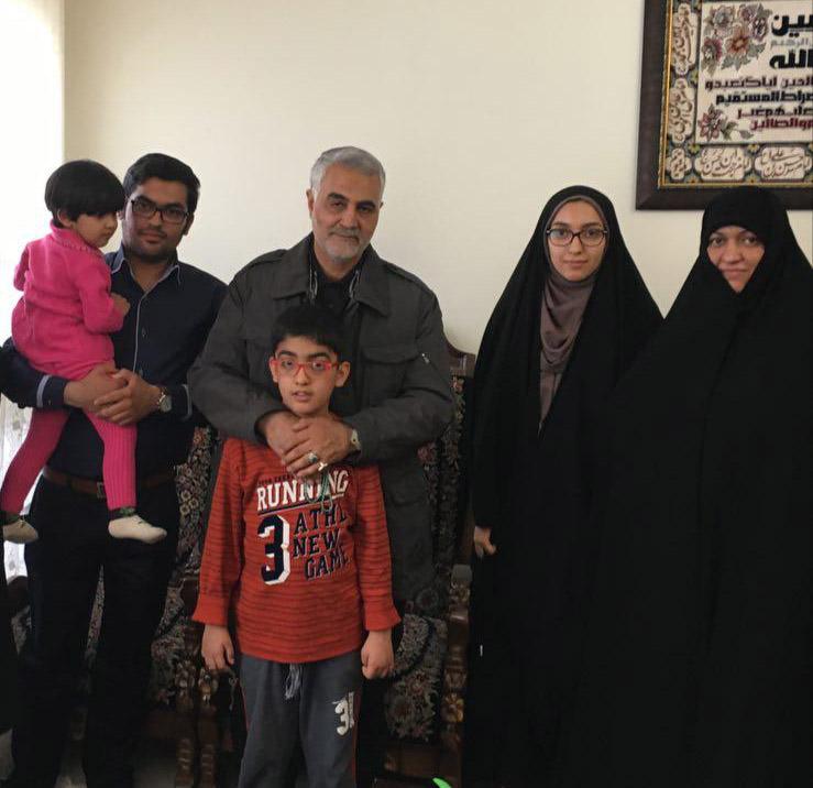 حضور سردار سلیمانی در منزل سردار شهید بادپا / عکس