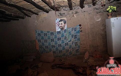تصویر احمدی نژاد بر روی دیوار مناطق زلزله زده