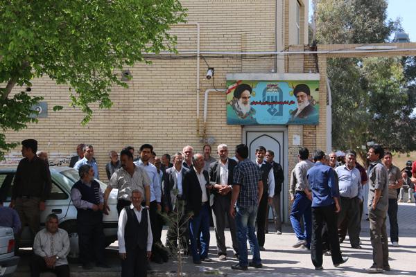 تجمع جمعی از کشاورزان رفسنجانی در مقابل دفتر امام جمعه / عکس