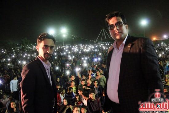 عکس سلفی مهدی حشمتی (اقای خط - مستر لاین) و منصور محمد حسنی(مهندس) با شرکت کنندگان جشن بزرگ نیمه شعبان رفسنجان