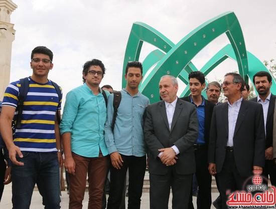عکس یادگاری چند تن از دانشجویان با وزیر آموزش پرورش در جوار شهدای گمنام دانشگاه ولیعصر(عج) رفسنجان