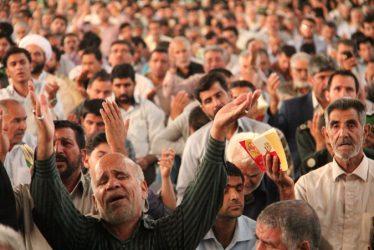 صحنه های معنوی دعای عرفه در مصلی رفسنجان در قاب دوربین خانه خشتی