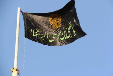 پرچم میدان امام رضا(ع) رفسنجان با پرچم عزای حسین(ع) تعویض شد / تصاویر