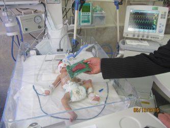 اهداء لباس شیرخوارگان حسینی به نوزادان بیمار در بیمارستان علی ابن ابیطالب(ع) / تصاویر