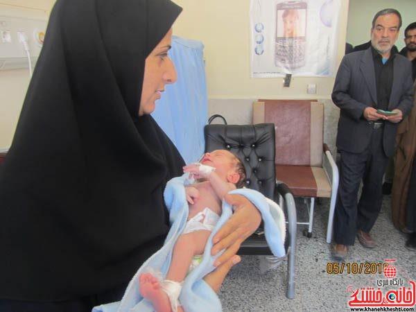 اهداء لباس شیرخوارگان حسینی به نوزادان بیمار در بیمارستان علی ابن ابیطالب