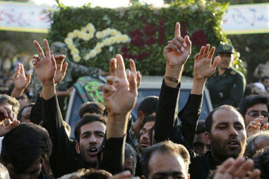صحنه هایی از تشییع باشکوه شهید مدافع حرم در انار در قاب دوربین خانه خشتی