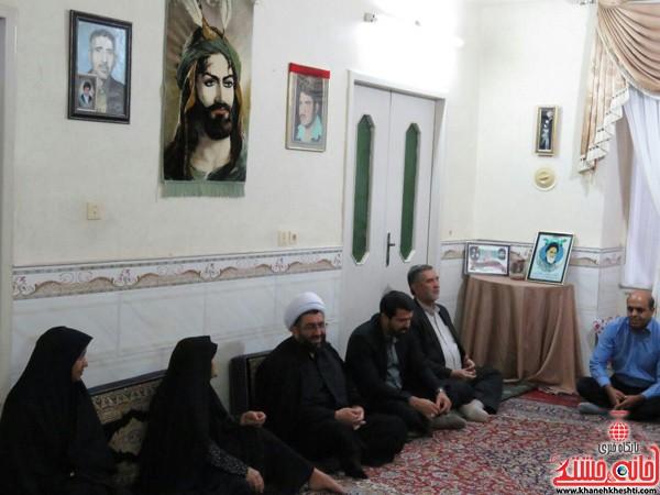 دیدار امام جمعه و فرماندار رفسنجان با سه خانواده شهید