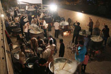 برگزاری مراسم حلیم پزی در خیابان آذر رفسنجان/ تصاویر