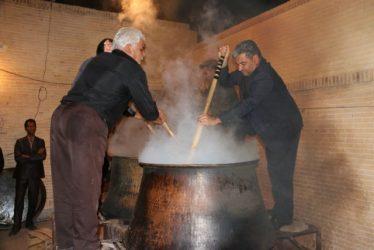 آیین حلیم پزان به یاد شهید قلی بیگی در روستای حمید آباد رفسنجان برگزار شد / تصاویر