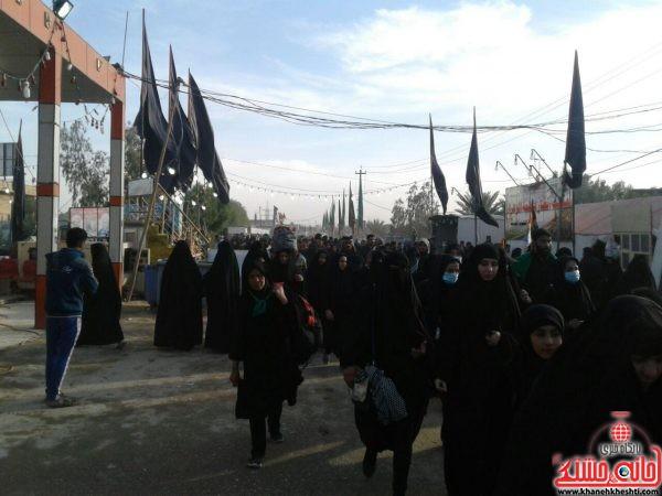تصاویر از زائران اربعین حسینی در مسیر پیاده روی نجف به کربلا در روز جمعه 21 آباه ماه 1395