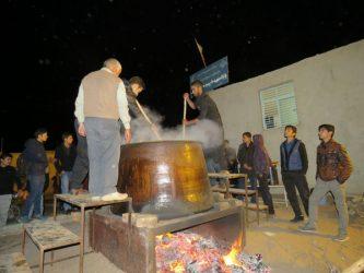 برگزاری آیین حلیم پزی در محله مصطفی خمینی رفسنجان / تصاویر