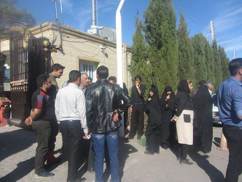 تجمع مقابل فرمانداری رفسنجان در اعتراض به عملکرد دفتر زیارتی عرفات / عکس