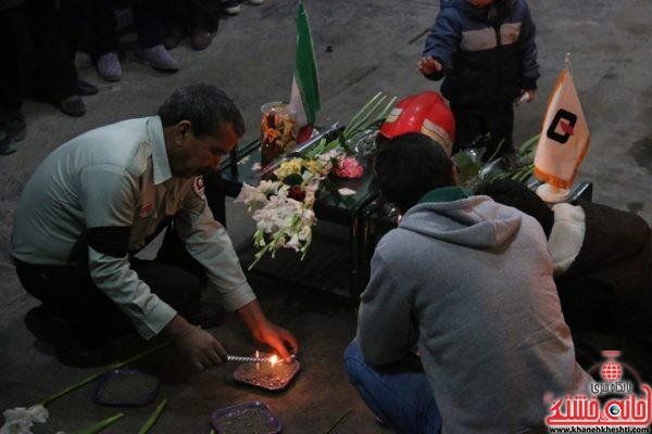 همدردی مردم رفسنجان با خانوادههای شهدای آتشنشان با حضور در ایستگاه آتشنشانی شماره 3 شهرستان رفسنجان