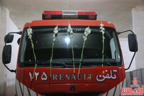 ماشین گل گرفته اتش نشانی به یاد شهدای اتش نشان در ایستگاه شماره 3 اتش نشانی رفسنجان