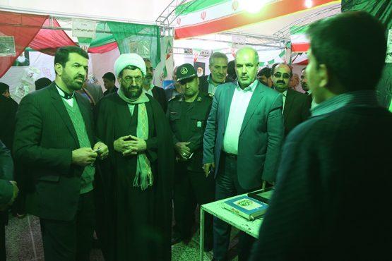 بازدید مسئولین رفسنجان از نمایشگاه مدرسه انقلاب دبیرستان شاهد / عکس