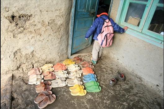 چشم امید به دستان پرمهر خیرین رفسنجانی / از زندگی در یک اتاق گنبه ای تا مادر فلجی که آرزوی دیدن دو فرزندش را دارد