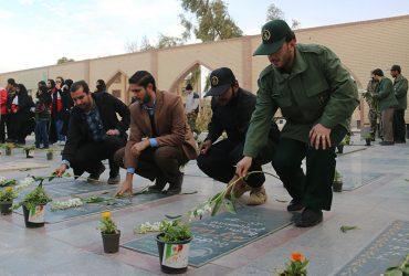 قبور شهدای رفسنجان گلباران شد / تصاویر