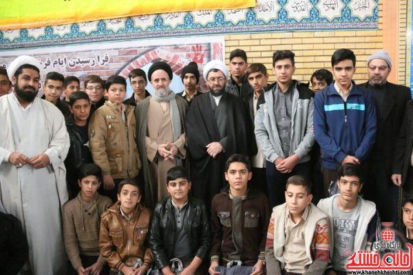 عکس یادگاری آتش نشانان و دانش آموزان شرکت کننده در نماز جمعه با حجت الاسلام رمضانی پور امام جمعه محترم شهرستان