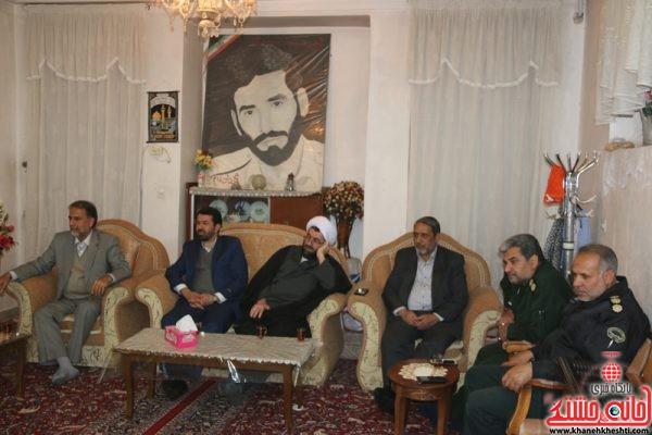 دیدار مسئولین رفسنجان با خانواده شهید حسینجان میمندی