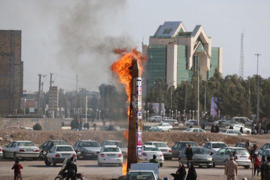 ابلیسک در راهپیمایی ۲۲ بهمن ۹۵ در رفسنجان به آتش کشیده شد/تصاویر