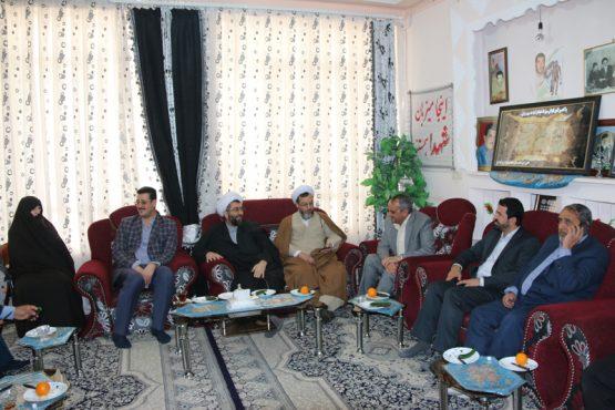 دیدار مسئولین با امام جمعه و خانواده شهید عبداللهی / تصاویر