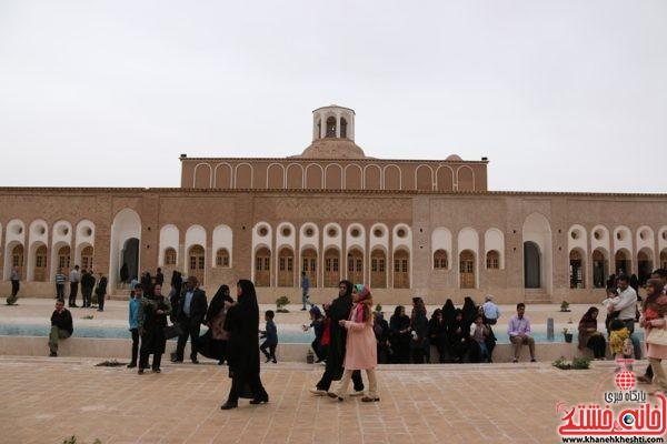بازدید کنندگان و مهمان های نوروزی از بزرگترین خانه خشتی جهان خانه حاج آقا علی در قاسم آباد رفسنجان نوروز1396