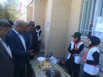 بازدید مسئولین از بازارچه خیریه دانش آموزان مدرسه شهید حاج علی محمدی / تصاویر