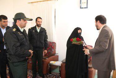 دیدار مسئولین رفسنجان با خانواده های شهدا در روزهای پایانی سال ۹۵ / تصاویر