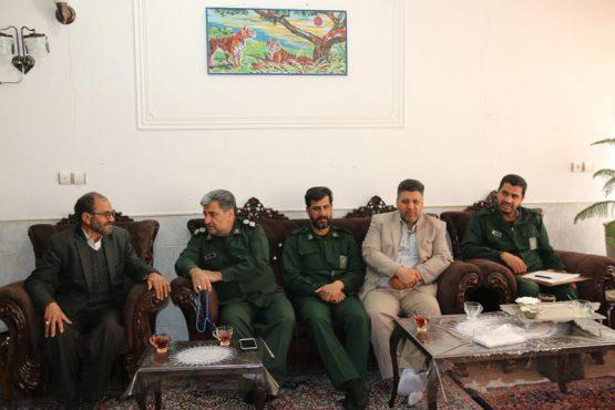 فرمانده سپاه رفسنجان به دیدار خانواده شهیدان علیزاده رفت / عکس