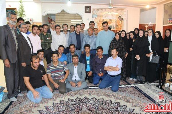 عکس یادگاری دانشجویان و رئیس و معاونین دانشگاه کار رفسنجان با حسین محمدی نسب جانباز 70 درصد رفسنجانی