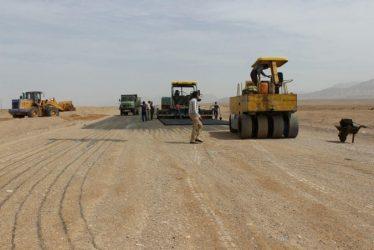 عملیات آسفالت سازی جاده جوادیه فلاح-بافق آغاز شد / عکس