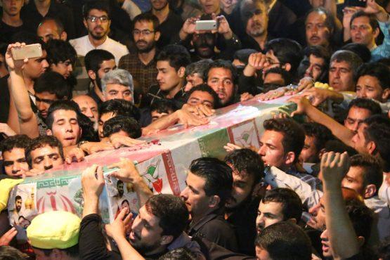 استقبال از شهید مدافع حرم حامد بافنده از میدان انقلاب رفسنجان تا حسینیه ای که شهید مداحی میکرد / تصاویر