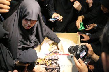 آخرین دیدار مادر شهید بافنده با پسرش در حسینیه ثارالله رفسنجان / عکس