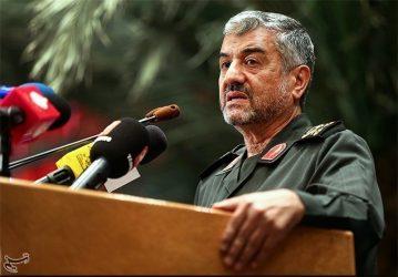 دولت بدون تفنگ تحقیر و تسلیم خواهد شد/ اگر فعالیتهای سازندگی سپاه نبود تحریمها عرصه را بر دولت و کشور تنگ میکرد