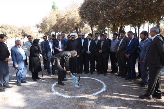کلنگ تماشاخانه یلدا در بوستان جوان رفسنجان بر زمین زده شد / عکس