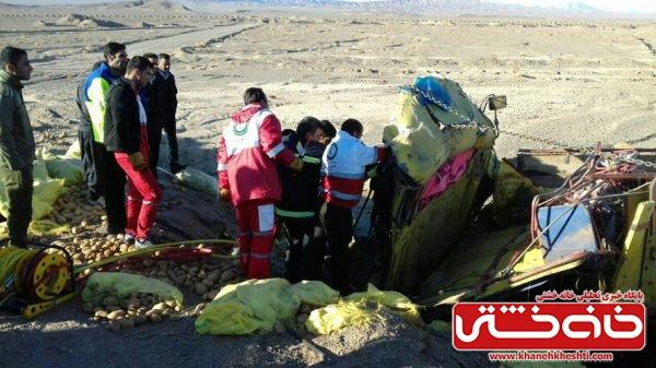 برخورد کامیون با پل قطار محور انار به رفسنجان دو کشته بر جای گذاشت / عکس