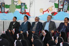 تقدیر دانش آموزان مدرسه امام حسن مجتبی(ع) رفسنجان از خانواده های شهداء / تصاویر