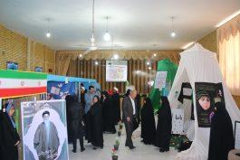 نمایشگاه مدرسه انقلاب در دبیرستان فرزانگان رفسنجان برپا شد / تصاویر