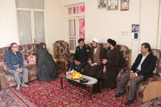 دیدار جانشین فرماندهی انتظامی رفسنجان با سه خانواده شهید / عکس